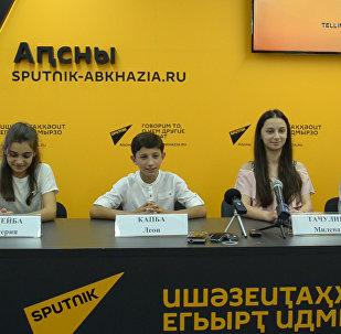 Танец радости:  участники Ты супер! Танцы станцевали на пресс-конференции в Sputnik