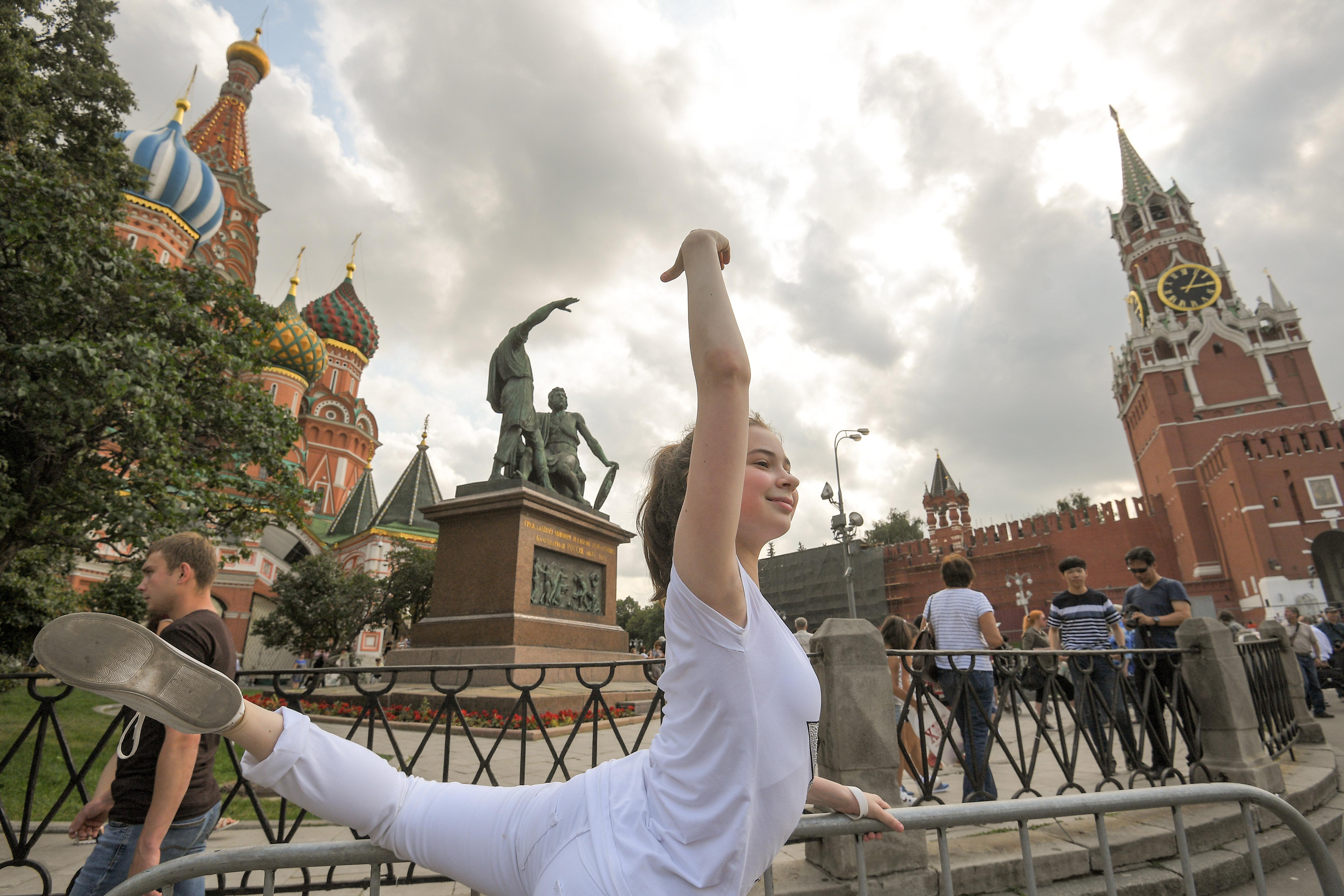 Маша Радионова на Красной площади позирует для фото