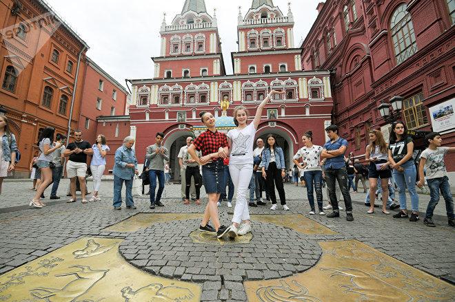 Танцы на площади - на переднем плане Маша и Милена