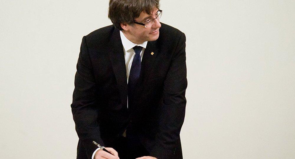 Карлес Пучдемон во время подписания декларации о независимости Каталонии