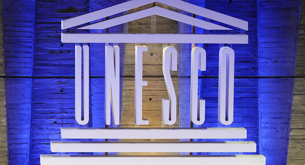 Логотип ЮНЕСКО перед штаб-квартирой организации, архивное фото