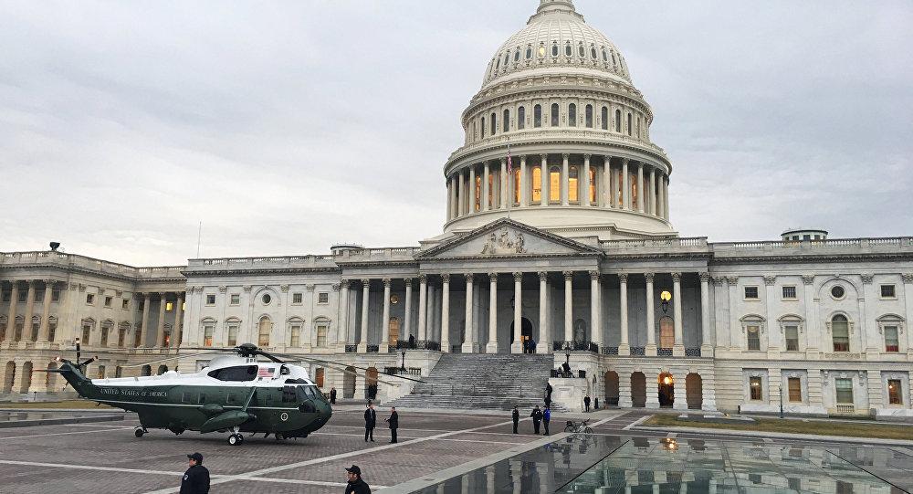 Вертолет у Капитолия в Вашингтоне. Архивное фото