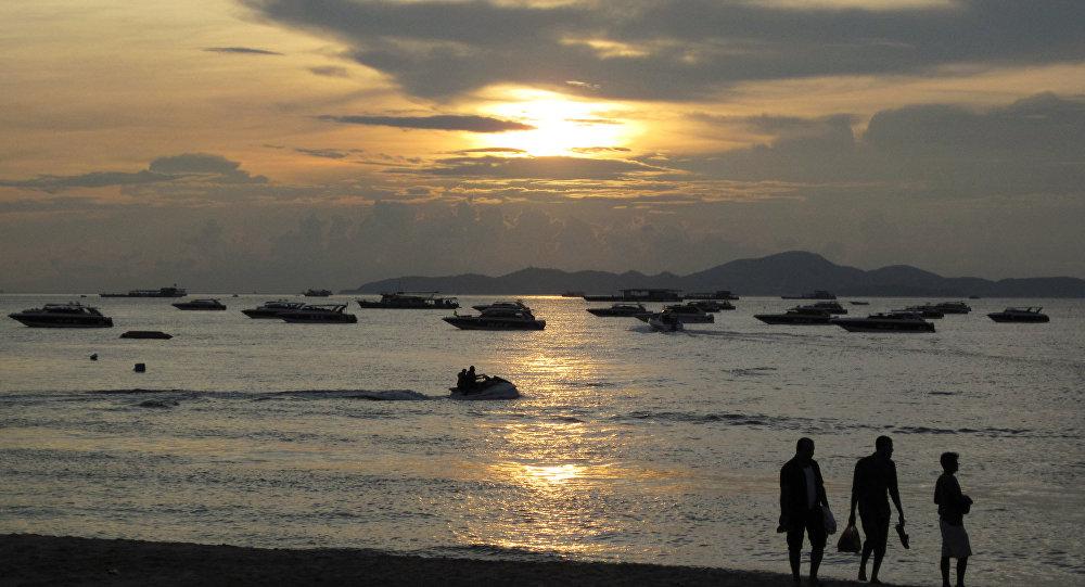 Закат на пляже в Таиланде. Архивное фото